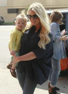 Jessica Simpson and little gal Maxwell lunch with Sister Ashlee Simpson.