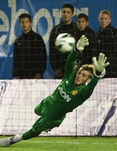 David de Gea juega al fútbol para Manchester United. De Gea es un portero. David de Gea es de dónde Madrid, Spain. Bristol Rovers, Official Manchester United Website, Premier League Champions, Rage Against The Machine, Match Highlights, Manchester United Football, Man United, One Team, Goalkeeper