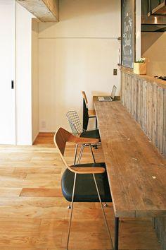 吹田市、築42年の中古マンションをフルリノベーション。 2015年冬からお打ち合わせを重ねて実現した、施主様のこだわりが詰まった空間が完成。 キッチンカウンターやカップポード、ダイニングテーブルやベンチ、扉など、同じ材木で揃えて製作。 扉の滑車、取手、窓などに使用したアイアンが、経年の醸し出せる味わい深い空間を創出。