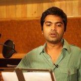 Simbu chante pour la première fois en Telugu pour la chanson Jagada Jagada du film Back Bench Student.    Ce film est réalisé par Madhura Sreedhar avec Mahat et Piaa Bajpai dans les premiers rôles.    Découvrez la chanson.