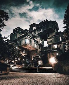Would you live in Habitat 67?  // habiteriez-vous dans l'Habitat 67? Photo by/par @simonlachapelle #livemontreal #mtl #montreal