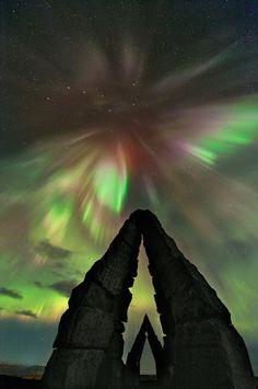 Aurora sobre Raufarhöfn En esta fotografía, publicada por la NASA, se puede apreciar una aurora boreal sobre un monumento de reciente construcción situado en Raufarhöfn (Islandia).  Una excelente fotografía de este grandioso espectáculo natural.