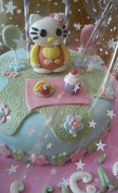 Tarta decorada y personalizada Hello Kitty en fondant