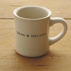 職場でうれしい、丈夫なマグカップ。使いやすさを重視。長く使えるシンプルデザインです。ディーン&デルーカの、オリジナルロゴ入り商品。使いやすく、しかもステイタスを感じる雑貨は、ギフトにも喜ばれます。