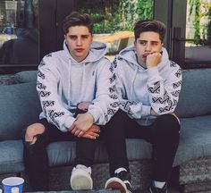 Love the picture of The Martinez Twins wearing the same clothes Martinez Twins Emilio, Emilio And Ivan Martinez, Martenez Twins, Cute Twins, Martinez Twins Wallpaper, Harley Quinn, Martinez Brothers, Logan And Jake, Jake Paul