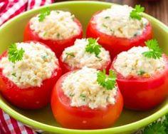 Tomates farcies légères au fromage frais et menthe Tomate Grappe, Appetizer Recipes, Appetizers, Goat Cheese Recipes, Vegan Foods, Light Recipes, Caprese Salad, Cherry Tomatoes, I Love Food