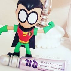 We're debuting a new feature here at #fortheloveofacid called #myskinsuperheroes where we highlight one of our can't be without Holy Grail products. Today it's Urban Decay's Primer Potion in the original formula.  Erika told me about this one and the fact you can get a mini tube almost always at the @sephora checkout impulse buy section and that the tube will last you months. After years of minis I finally bought a full size and here it is in all its #superhero glory. Isn't she pretty? Hands…