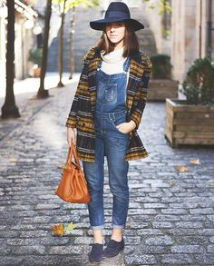street-style-jardineira-jeans-e-casaco-xadrez