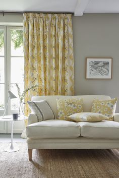 Interior designer Vanessa Arbuthnott reveals how to mix fabric patterns when decorating a living or sitting room. Yellow Home Decor, Gold Home Decor, Yellow Interior, Living Room Sofa, Living Spaces, Living Rooms, Vanessa Arbuthnott, Floral Cushions, Floral Fabric