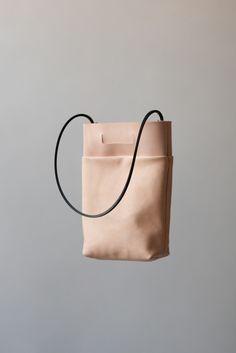 Si soy sincera, no sé si los bolsos de Chiyome me gustan de verdad o si simplemente me he enamorado de estas fotografías tan flotantes y maravillosas. ¿Me compraría estos bolsos tan grandes y cuadrados? Mmmm, probablemente no. ¿Los pinearía y repinearía? Como si no hubiera un mañana. ¿A vosotros qué os parecen? Por favor, […]