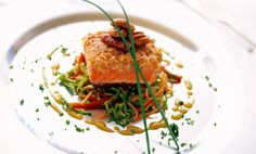 Fjordörret (laxfisk) med en skorpa av söta pekannötter serveras med en fräsch sås på apelsin och rosmarin. Många smaker i en lyckad kombination.