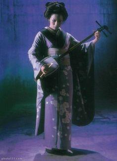 Shiina Ringo playing shamisen