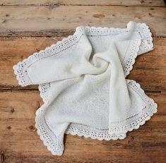 Retstrikket babytæppe med hæklet bort