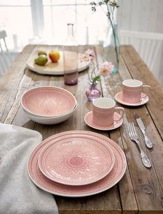Dieses schöne rosafarbene Kombi-Service ist außergewöhnlich in der Musterung. Bestehend aus 30 Teilen.