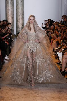Elie Saab Spring 2017 Couture Fashion Show Collection: See the complete Elie Saab Spring 2017 Couture collection. Look 57 Elie Saab Couture, Haute Couture Paris, Haute Couture Fashion, Couture Week, Spring Couture, Style Couture, Elie Saab Printemps, Elie Saab Spring, Collection Couture