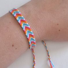 Embroidery Bracelets Design How to Make a Chevron Friendship Bracelet - Dream a Little Bigger - Bring back the good old days and knock out a few chevron friendship bracelets. See the post for a refresher to make these on trend accessories! Bracelet Chevron, Friendship Bracelets Tutorial, Diy Friendship Bracelets Patterns, Bracelet Tutorial, Simple Friendship Bracelets, Bracelet Fil, Bracelet Crafts, Anklet Bracelet, Bracelet Making