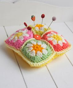 Helen Philipps: Autumn Inspiration-mini pincushion from crochet flower blocks Crochet Home, Crochet Gifts, Cute Crochet, Crochet Motif, Crochet Patterns, Tatting Patterns, Crochet Flower, Crochet Pincushion, Crochet Cushions