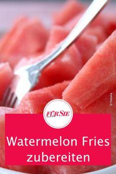 Aufgepasst, hier kommt ein sommerlich leichtes Rezept für alle Melonen-Fans: Die Wassermelonen-Pommes. Wie Sie diese zubereiten, erfahren Sie bei uns. #fuersiemagazin #rezepte #wassermelone #kalorienarm #lecker Superfood, Fries, Dessert, Grapefruit, Party, Fruit Salad, Fruit Tarts, Light Recipes, Ice Cream