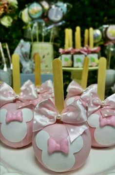 Baby Shower Ides Pink And Gold Mice Ideas - Modernes Minnie Mouse Cake Pops, Minnie Mouse Theme Party, Minnie Mouse Birthday Cakes, Minnie Mouse Pink, Mouse Parties, Minnie Golden, Pink Dessert Tables, Disney Princess Babies, Apple Decorations