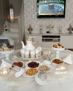 Présentation à la marocaine. Moroccan Home Decor, Moroccan Theme, Moroccan Style, Ramadan Decorations, Table Decorations, Arabian Decor, Eid Crafts, Iftar, Food Presentation