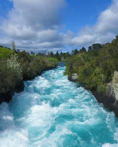 """Taupo, ilha norte da Nova Zelândia, atrai por dois motivos: as paisagens inexploradas, lindas e radicais; e pela fama, também: foi por lá que o diretor Peter Jackson gravou parte da trilogia """"O Senhor dos Anéis"""". E Taupo também entra no roteiro de quem segue para os STB Camps at Navitas. Aí na foto de @elenika_zoe.photography (Instagram), as Huka Falls, quedas turquesa que podem estar nas férias de sua vida - vai por nós!"""