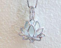 Seeglas Sterling Silber Lotus Blume weiß blass Aqua Medaillon von Wave of Life - Schmuck - halskette Cute Jewelry, Jewelry Box, Jewelery, Jewelry Accessories, Jewelry Necklaces, Jewelry Design, Flower Jewelry, Craft Jewelry, Yoga Jewelry