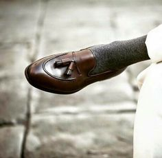 Gorgeous Leather Tassel Loafers by Would you wear them? Great inspiration for ______________________________ Source: Loafers Outfit, Tassel Loafers, Loafer Shoes, Loafers Men, Outfit Man, Gentlemen Wear, Gentleman Shoes, Mode Shoes, Look Man