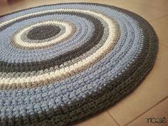 שטיח סרוג בעבודת יד ובהזמנה אישית מחוטי טריקו בגוונים אפורים, תכלת, לבן וחאקי קוטר 1.2 מ
