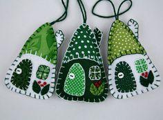 Décorations de Noël en feutre vert et blanc. Ensemble de trois petits accrochage maisons, fait à la main avec du feutre et coton vintage en vert et blanc. Les toits, les portes et les fenêtres sont à la main-doublure avec des tissus de coton, brodés baies poussent sur les murs et les poignées de porte sont de petits boutons. La main en Irlande. Environ 8cm/3 pouces de haut. Le prix est pour 3 maisons.