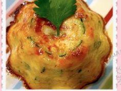 Aujourd'hui, je vous propose une super recette !!!! La simplicité même ....  Le fondant de légumes:   Il faut: une courgette, un oignon, une tomate, 2 oeufs, 20 g de Maïzena, 2 cs de crème fraiche, 40 g de fromage râpé, Des herbes et des épices.   Emondez votre tomate, ou épluchez-la à l'aide d'un économe spécial.Coupez-la en petit morceau. Lavez la courgette, et tout comme l'oignon, coupez en petits cubes identiques à la tomate. Mettez tous les... - Fondant de légumes
