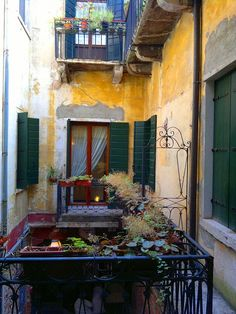 The old courtyard in the little old hotel we love in Venice #Italy.