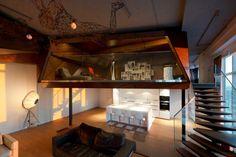 Le studio d'architecture russe ARCHI TE KTO a récemment conçu un penthouse à Moscou de plus de 200 m2 avec une vue panoramique sur la capitale.  La hauteur sous plafond a permis aux architectes de diviser l'appartement en deux parties distinctes, les zones fonctionnelles communes et les parties privées.  On retiendra la magnifique mezzanine et certaines parois à facettes de style origami. L'utilisation des matières naturelles vient trancher avec le plafond et certains éléments en béton brut.
