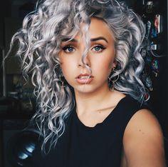 Curly Silver Hair, Silver White Hair, Long Gray Hair, Dark Hair, Bleached Hair, Hair Highlights, Gorgeous Hair, Hair Looks, Hair Inspiration