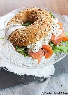 bagel presentation goes to this photo! How are your bagel presentation skills? Brunch Recipes, Breakfast Recipes, Bagel Recipe, Good Food, Yummy Food, Cooking Recipes, Healthy Recipes, Lunch Menu, Cafe Food