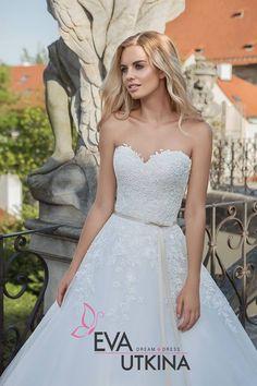 Svatební šaty Dana z kolekce Eva Utkina Barocco s vlečkou půjčovné 12900,-Kč  #studioagnes #evautkina #svatebnisaty #svatba #wedding #weddingsdress #princess Capelet, Bridal Dresses, Studios, Crop Tops, Fashion, Boyfriends, Bride Dresses, Moda, Bridal Gowns