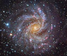 """χλόη/vana - Google+Grande Galassia a spirale distante 10 milioni di anni luce nella costellazione di Cefeo, con un'estensione di quasi 40.000 anni luce. Dal nucleo, i suoi colori verso l'esterno variano dalla luce gialla di vecchie stelle al centro, alle regioni di formazione stellare con giovani stelle blu e rosse lungo i bracci a spirale frammentati. NGC 6946, conosciuta anche come """"Galassia Fireworks"""", è ricca di polveri che brillano alla luce infrarossa, esibendo al suo interno, un alto…"""