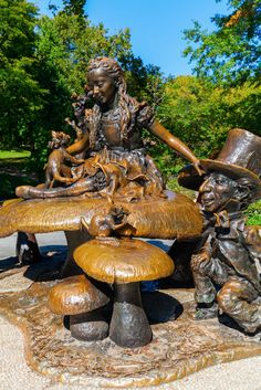 Alice in Wonderland statue in Central Park, NYC. It was created by Spanish-born American sculptor José de Creeft and donated by philanthropist George Delacorte to the children of New York in 1959. #NYC #AliceinWonderland