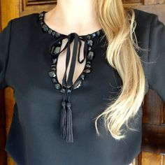 bata-blusa-preta-bordada-chatons-tassels-mangas-flare-sino-gola-laço-comprar