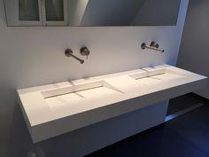 Brede wastafel en spiegel, kranen uit de muur