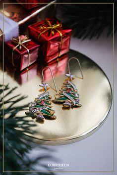 Unsere festlichen Ohrhänger in der Form von süßen Weihnachtsbäumen sind mit Topasen besetzt und machen ein tolles Weihnachtsgeschenk für die Festtage!