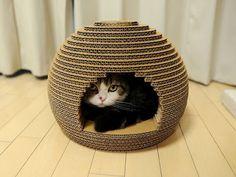 Good Idea! Cat scratch hive!  (Feita de papelão!)