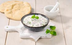 Raita er klassisk tilbehør til krydret og sterk indisk mat da yoghurt og agurk er med på roe ned de kraftige smakene. Cheeseburger Chowder, Soup, Cooking Recipes, Ethnic Recipes, Dressings, Asia, Drinks, Drinking, Beverages