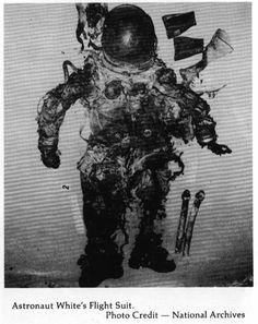 """Edward Higgins White II (14 de noviembre de 1930) junto a Roger Bruce Chaffee (15 de febrero de 1935) y Virgil Ivan """"Gus"""" Grissom. (3 de abril de 1926), fallece el 27 de enero de 1967 por un incendio en pruebas de revuelo Apolo 1."""