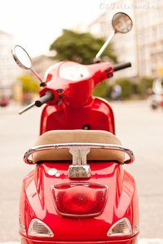 Biarpun belum bisa bawa motor tapi cita cita punya motor sudah ada....[red vespa by Os Tartarouchos, via Flickr]