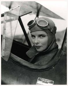Katharine HEPBURN '30-40 (12 Mai 1907 - 29 Juin 2003.Fue una actriz estadounidense, la única en ganar cuatro premios Óscar y una de las más nominadas con doce candidaturas.  Según lista del American Film Institute (AFI), es considerada la primera estrella femenina más importante de la historia del cine, delante de Bette Davis (Nº2), Audrey Hepburn (Nº3), Ingrid Bergman (Nº4) y Greta Garbo (Nº5).
