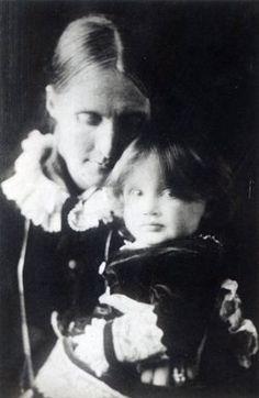 Virginia Woolf, with her mother Julia, 1884 - Data: Julia Prinsep Stephen (1846-95) married Sir Leslie Stephen; Virginia Woolf (1882-1941) age 2 © Bridgeman Art Library / Private Collection.