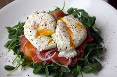 Poached Egg and Smoked Salmon Salad. Ingredients: Microgreens (or any finely shredded lettuce), cold smoked salmon, red onion, poached eggs, fresh ground pepper Sugar Detox Recipes, Paleo Recipes, Cooking Recipes, Egg Recipes, Clean Eating, Healthy Eating, Whole 30 Recipes, Great Recipes, Smoked Salmon Salad