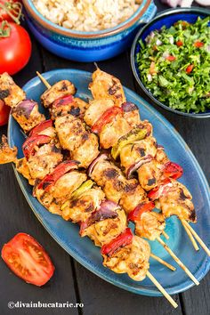 Shish Taouk (Lebanese Chicken Skewers) (in Romanian) Lebanese Recipes, Asian Recipes, Lebanese Chicken, Romanian Food, Chicken Skewers, Barbecue Chicken, Kabobs, Crockpot Recipes, Bacon