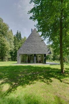 Aketuri Architektai clads woodland house in Trakai outside Vilnius, Lithuania, with shale tiles Residential Architecture, Contemporary Architecture, Architecture Design, Outdoor Toilet, Modern Barn House, Woodland House, Design Case, Black House, Home Fashion