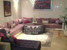 J aime l idée de deux petites tables basses ds le salon marocain ...